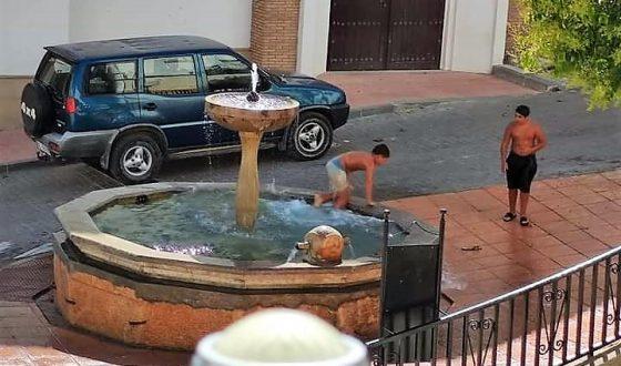 Foto denuncia: Baños en la Fuente Taza